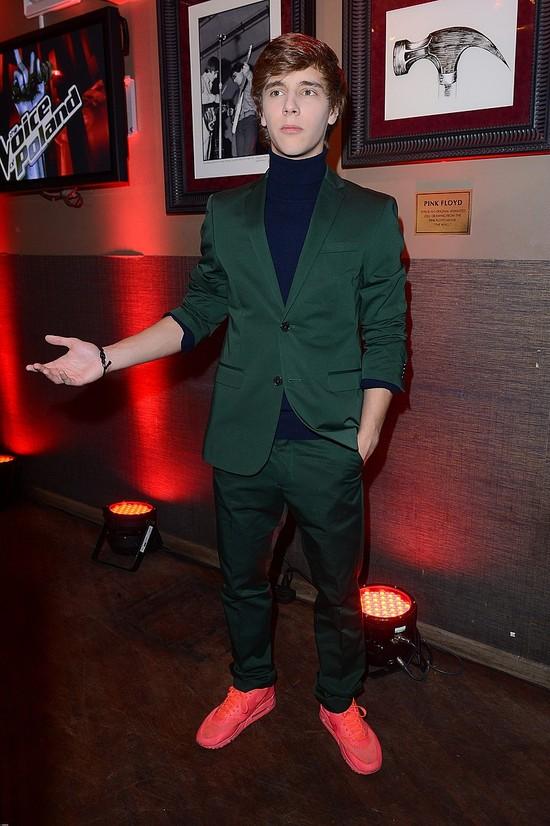 Maciek Musiał w zielonym garniturze i czerwonych butach FOTO