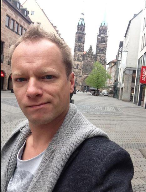 Polski aktor pozuje w sukience (FOTO)