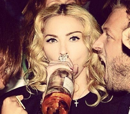 Madonna pije z gwinta na imprezie (FOTO)