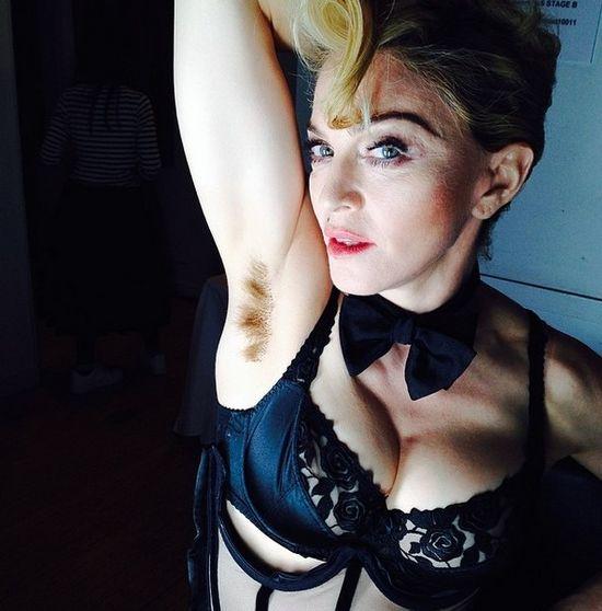 Gwiazda popu pochwaliła się włosami pod pachą (FOTO)