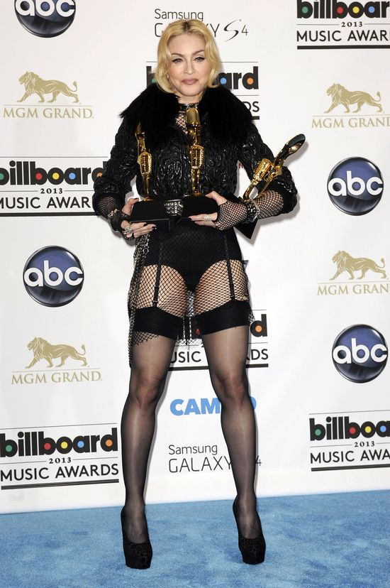 Madonna jako czarny anio� na Billboard Music Awards (FOTO)