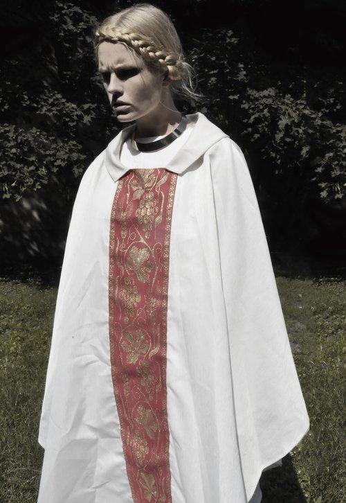 Magda Roman w roli ksi�dza (FOTO)