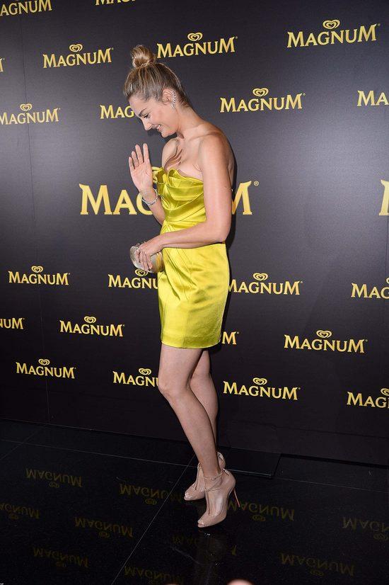 Seksowna Małgorzata Socha pilnuje biustu (FOTO)