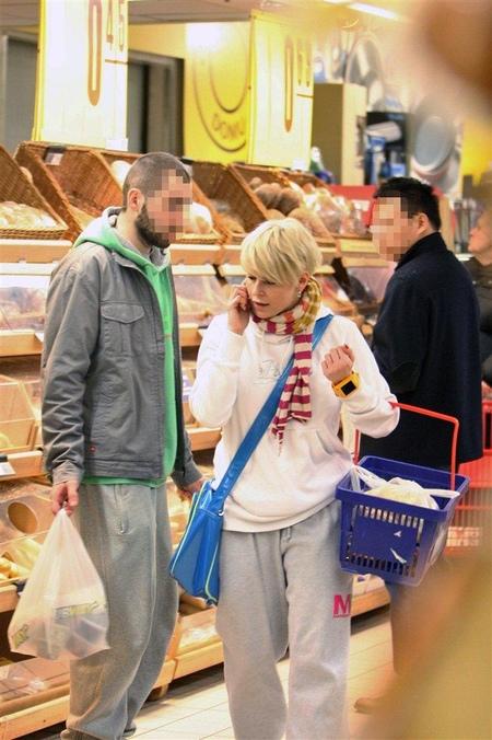 Mandaryna na zakupach w hipermarkecie (FOTO)