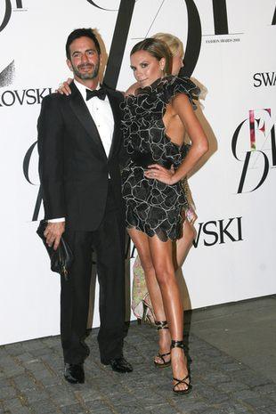 Marc Jacobs przykleja modelkom buty klejem