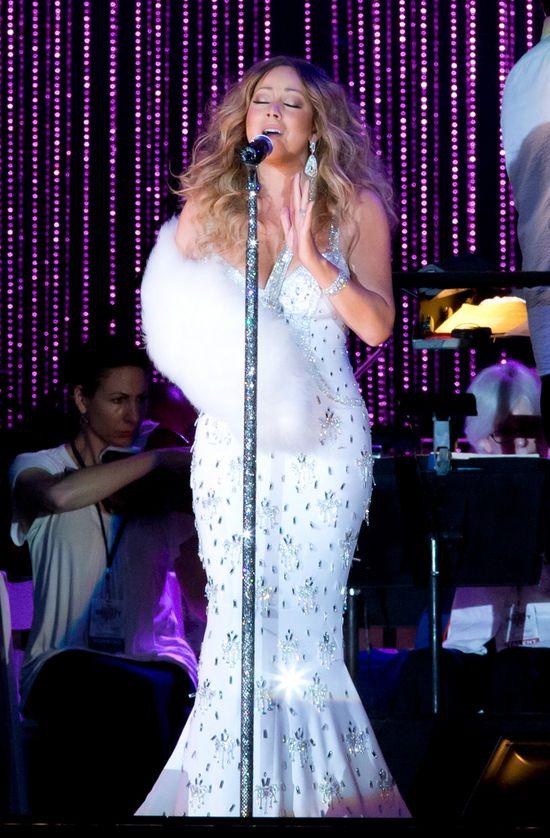 Mariah Carey konceruje z ręką na temblaku (FOTO)