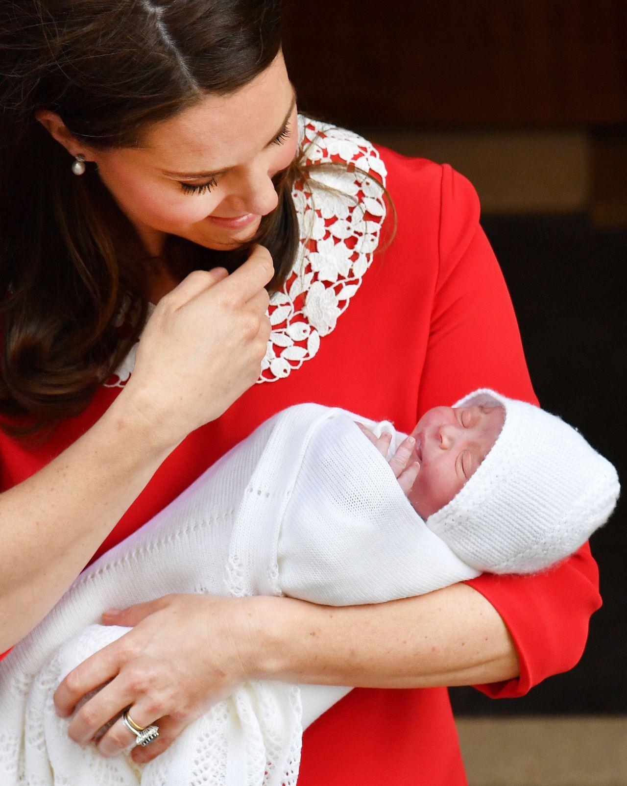 Mowa ciała księżnej Kate zdradza, jaką jest mamą