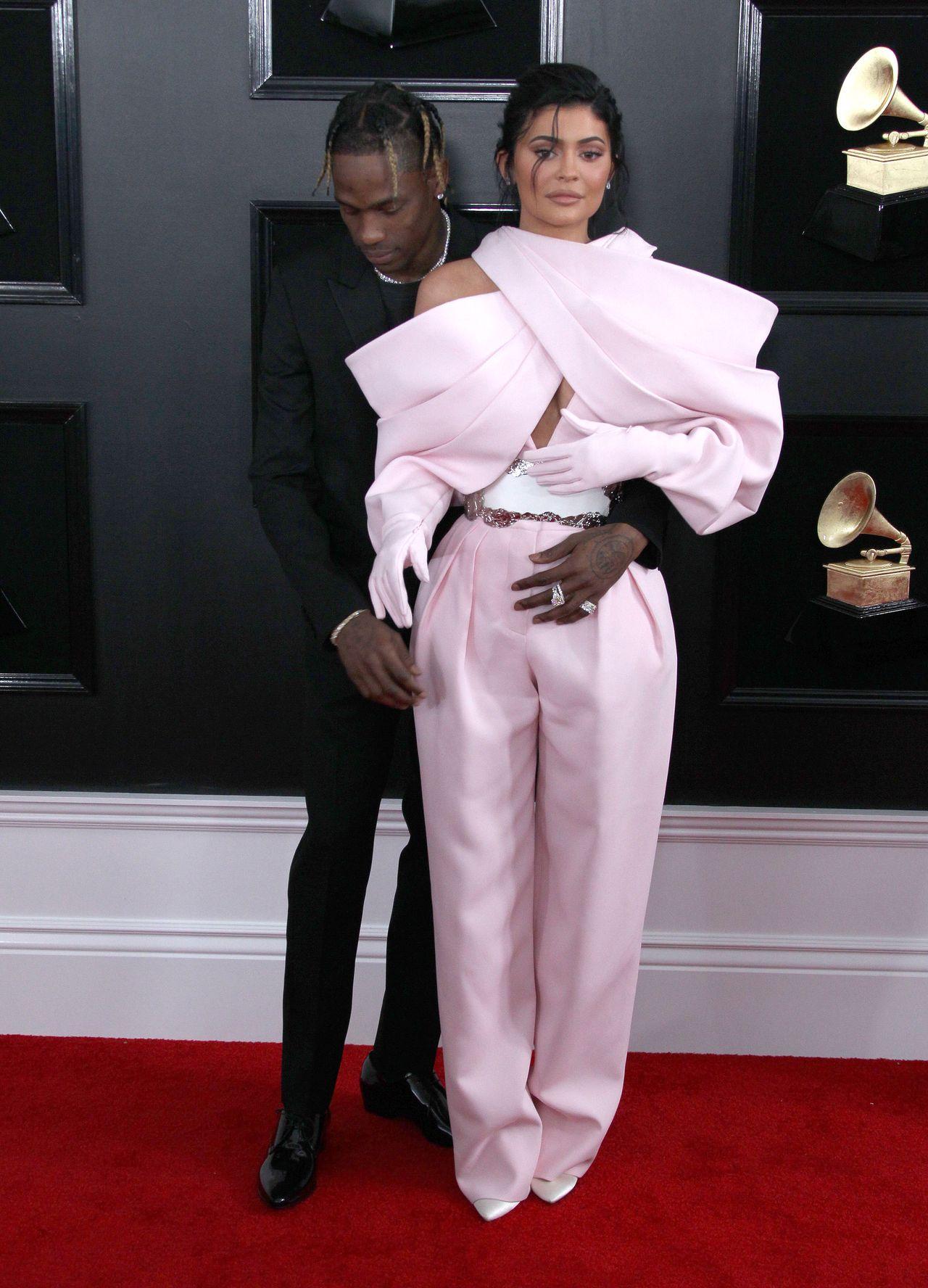 Kylie Jenner na galę Grammy zamiast sukni założyła dziwny kombinezon (ZDJĘCIA)