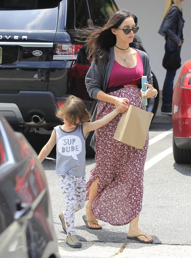 Megan Fox w ko�cu pokaza�a si� w ci��owej sukience (FOTO)