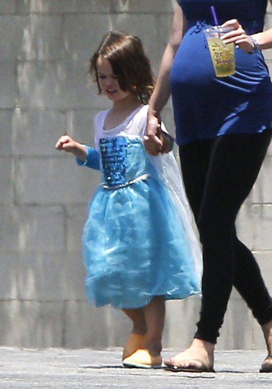 Syn gwiazdy na spacer wybrał dziewczęcą stylówkę (FOTO)