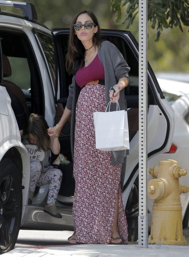 Megan Fox w końcu pokazała się w ciążowej sukience (FOTO)