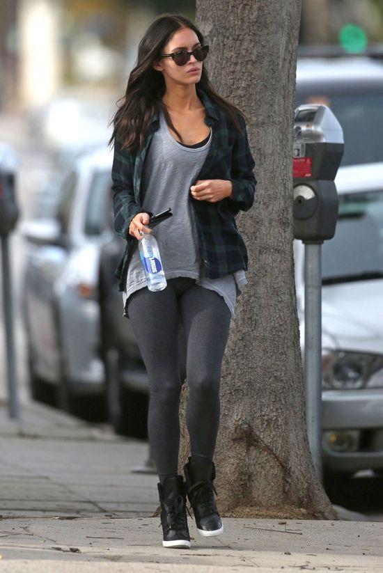 Ups! Megan Fox wybrała za krótką bluzkę? (FOTO)