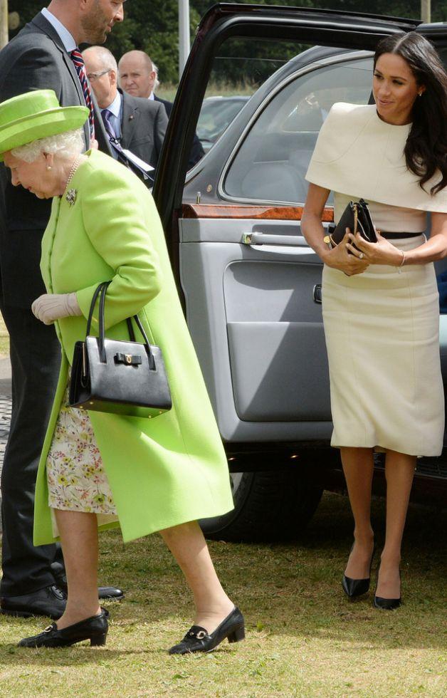 Wszyscy ŚMIEJĄ się z sukienki Meghan Markle, którą miała na wyjściu z Królową