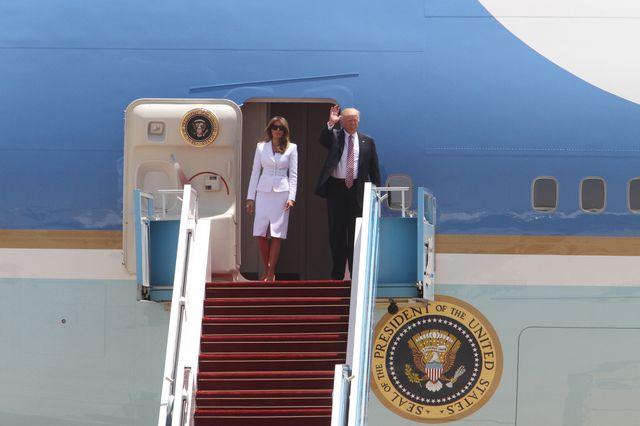 Donald chce chwycić Melanię za dłoń. Jej gest zdradza, że ona go NIENAWIDZI