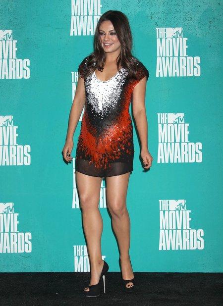 Mila Kunis rozp�ywa si� nas swoim biustem po ci��y (VIDEO)