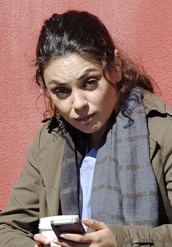 Co za różnica! Mila Kunis pozuje dla Marie Claire (FOTO)