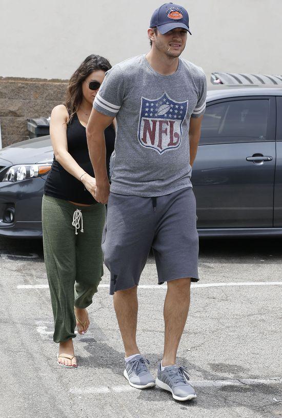 Ciężarna Mila Kunis ukrywa się za Ashtonem Kutcherem