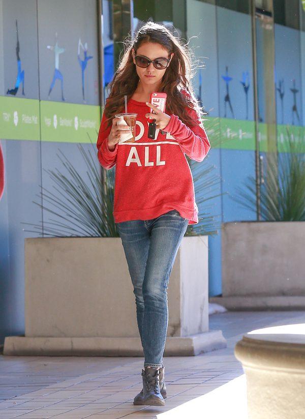 Mila Kunis chuda w dżinsach (FOTO)