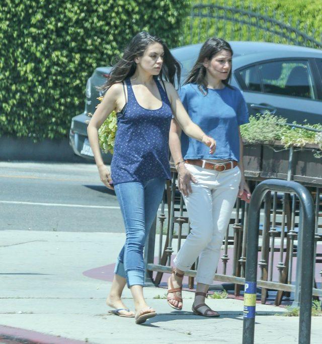 Mila Kunis - pierwsze zdjęcia z ciążowym brzuszkiem (FOTO)