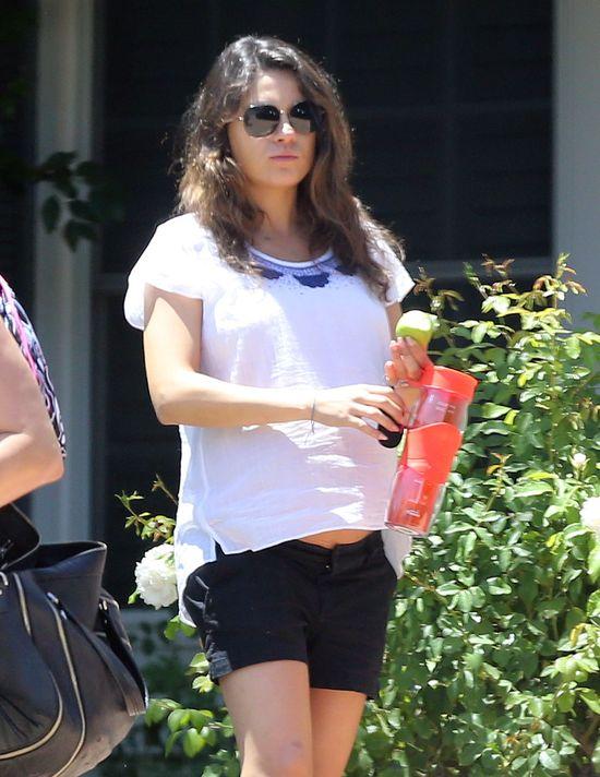 Mila Kunis już nie ukrywa ciążowego brzuszka (FOTO)