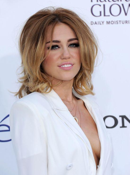Długie włosy Miley Cyrus były sztuczne! (FOTO)