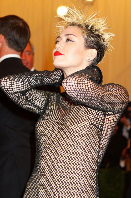 Miley Cyrus wciągała kreskę ze spłuczki toaletowej! (FOTO)