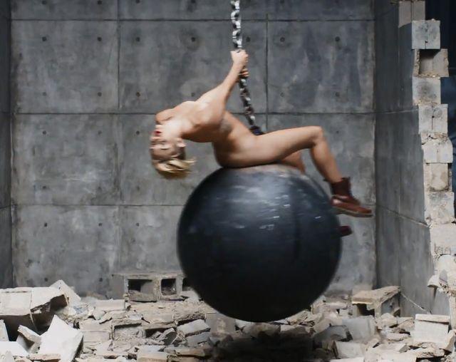 NAGA Miley Cyrus w teledysku do Wrecking Ball (VIDEO)