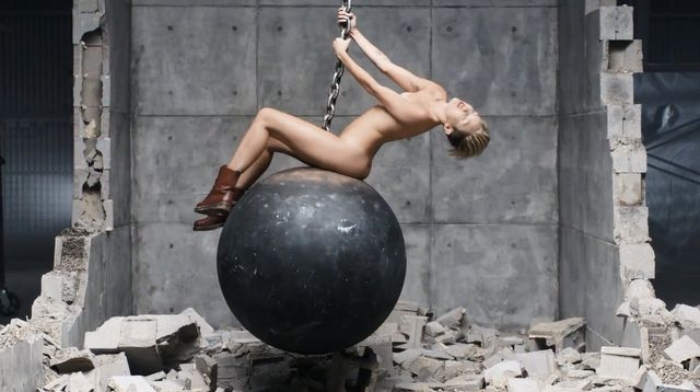 NAGA Miley Cyrus w teledysku do Wrecking Ball (VIDEO)