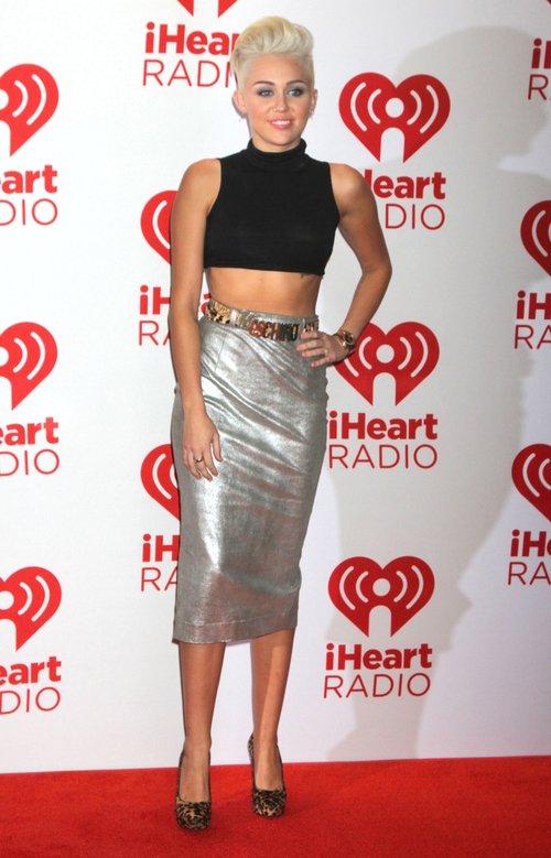 Miley Cyrus nawet na czerwonym dywanie świeci brzuszkiem