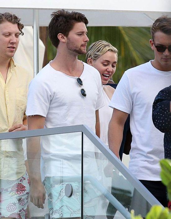 Miley Cyrus przyłapana z nowym chłopakiem (FOTO)