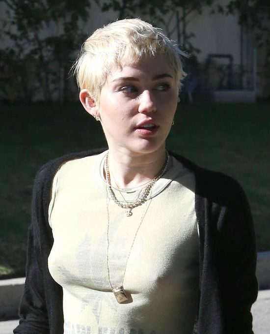 Fani do Miley: Wygl�dasz jak prostytutka! (FOTO)