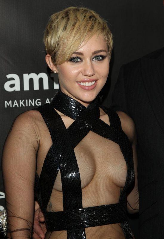 Szok! Miley Cyrus pokaza�a, jak si� masturbuje! (FOTO)