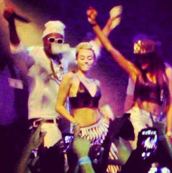 Miley Cyrus pali trawę?