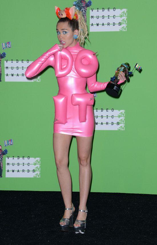 Miley Cyrus na ściance paliła blanta (FOTO)