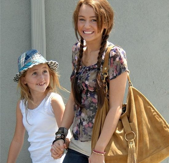 14-letnia Noah Cyrus upija si� z siostr�!