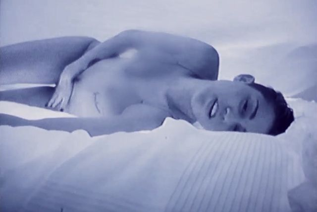 Co Miley Cyrus robi w teledysku do Adore You? (VIDEO)