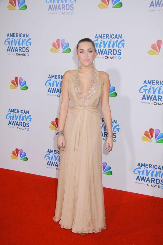 Miley Cyrus nie może przestać sie rozbierać (FOTO)