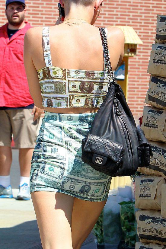 Miley Cyrus cała w dolarach (FOTO)