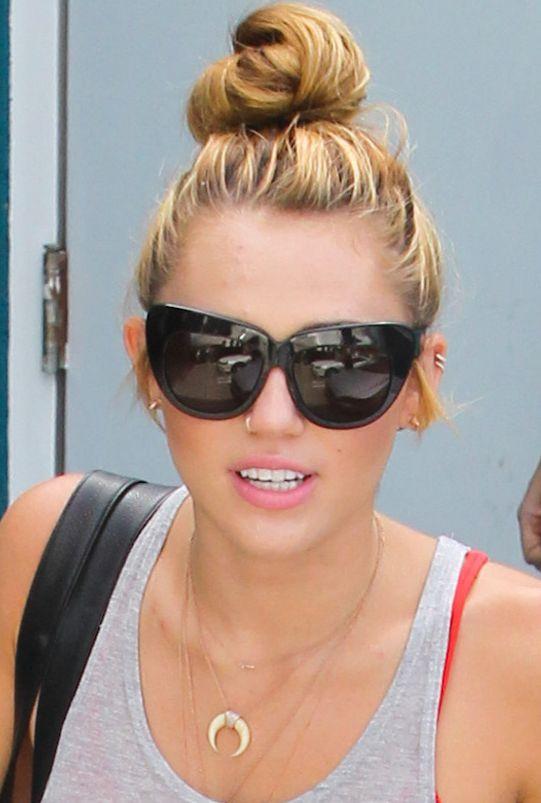 Miley Cyrus ręcznik nosi w wielkiej torbie Chanel (FOTO)