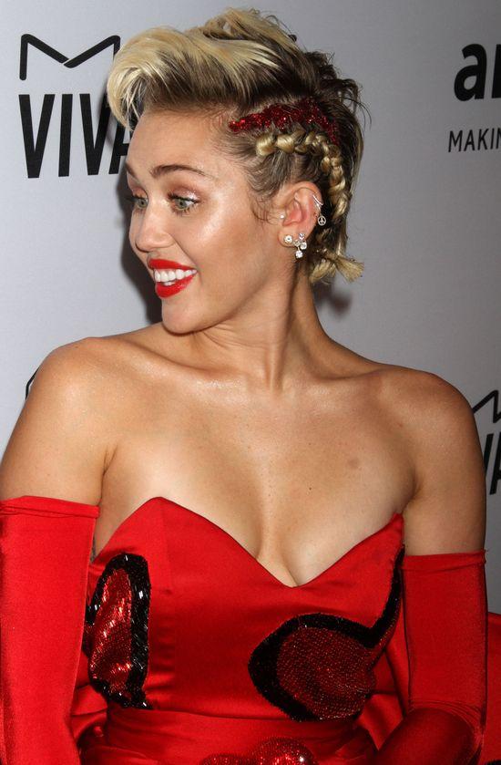 Miley Cyrus pokazała owłosioną pachę (FOTO)