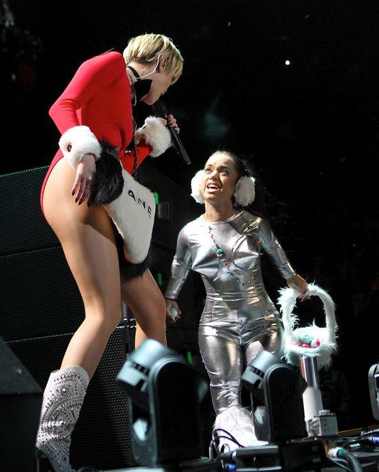 Miley Cyrus przynudza na scenie (FOTO)