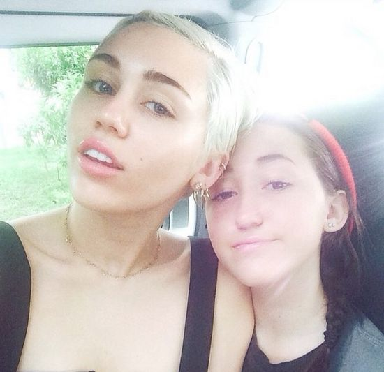 Miley Cyrus zaprosiła siostrę do drapieżnej sesji (FOTO)