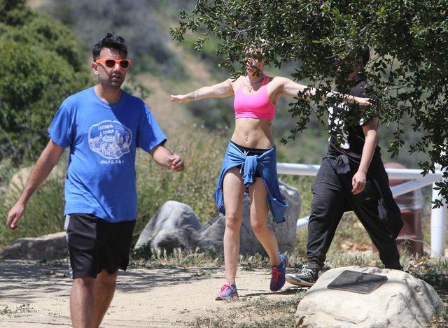 Nawet podczas spaceru musi pokazywać ciało? (FOTO)