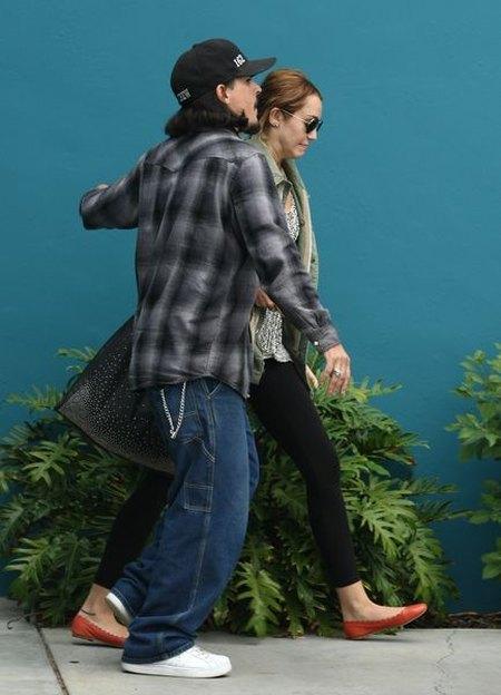 Miley Cyrus bez makijażu i w niedbałej fryzurze (FOTO)
