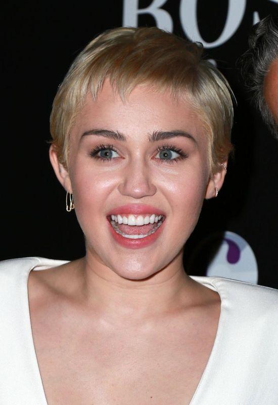 Miley Cyrus zaskoczy�a stylizacj� (FOTO)