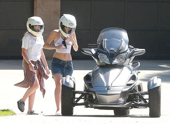 To cud, że wiatr nie zdmuchnął jej z motoru (FOTO)
