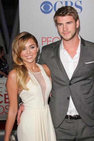 Miley Cyrus liże tort w kształcie… męskich narządów