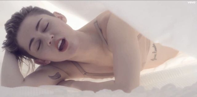 Co Miley Cyrus robi w teledysku do Adore You? (VIDEO)