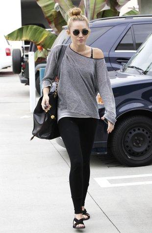 Miley Cyrus odsłania kościste ramię (FOTO)