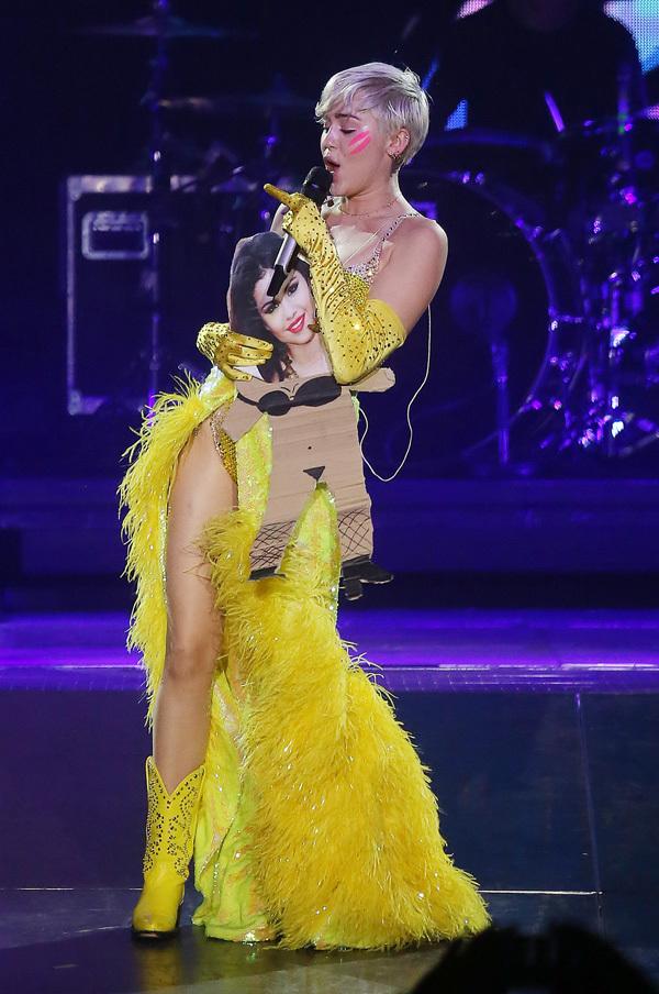 Selena Gomez jest wściekła na Miley Cyrus! (VIDEO)